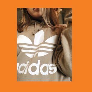 Jättemysig hoodie från adidas. Endast använd ett par gånger, säljer pga stor storlek( Herr S). Frakt ingår i priset, tar swish☀️