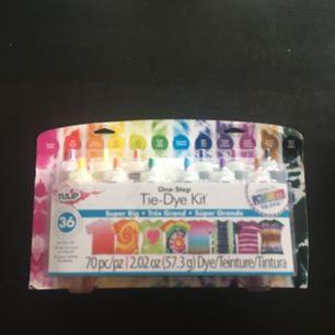 """Ett tie-dye kit som är aldrig använd! Kan färga upp till 36 projekt och innehåller 12 färger, handskar, gummisnoddar. En guidebok om allt """"tie-dye"""" inkluderas!!🌈 Kan träffas i Stockholm."""