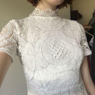 klänning perfekt till studenten från missguided, använd en gång & tvättad en gång. dragkedja & spänne i ryggen, väldigt bekväm! köparen står för frakt ca 50kr