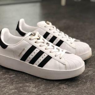 Adidas Superstar BOLD storlek 39 1/3 men sitter som storlek 39. Använda 2-3 ggr, som nya! Kan mötas i Sthlm eller så står Du för frakt