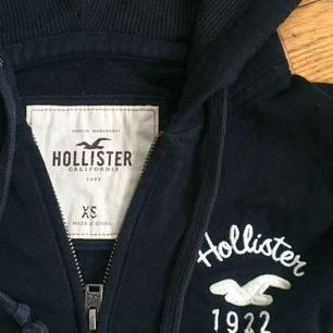 Marinblå hoodie från Hollister. Gammal favorittröja men varsamt använd!