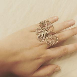 Jag säljer en ring med en fjäril. Jag har använt det några gånger men den är i fint skick och har du mer gråter skicka gärna PM. Frakten står du för själv 10kr