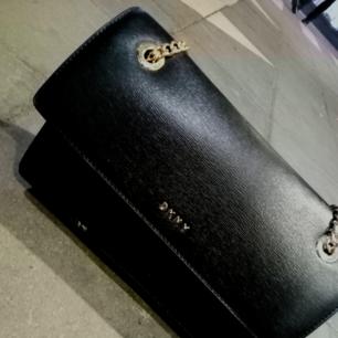 DKNY handväska, svart läder i gott skick.  Endast använd 1,1/2 vecka
