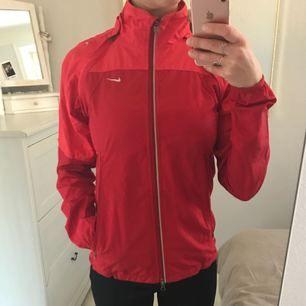 Röd vindjacka från Nike, endast använd en gång. Mycket bra skick och superfin färg!
