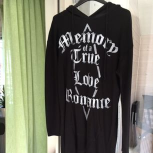 🖤 Något goth svart tunika/klänning från HM. Den är längre bak men kort där fram, har huva och är otroligt mjuk. Relativt tunn men inte genomskinlig. Texten säger