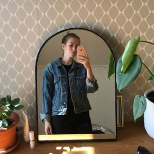 Säljer min snygga Levi's jeansjacka!! Den är köpt second hand och vet att modellen fanns på 80-talet. Den är väl använd men i väldigt bra skick ändå. Gör ont att sälja den men den sitter tyvärr inte så bra på mig som jag önskar!