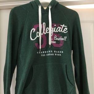 🌹Mjuk jätteskön huv/college-tröja från HM. I princip oanvänd och mörkgrön med fickor. Köparen står för halva frakten. Säljer då jag inte använder den 😞