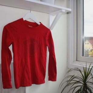 långärmad röd t-shirt från Gap. storlek M (ungdom), skulle säga att den är som en XS. kan mötas upp i göteborg eller frakta (isf står köparen för frakten). fler bilder kan ges på efterfrågan.