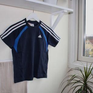 mörkblå retro t-shirt från adidas. liten i storleken. kan mötas upp i göteborg eller frakta (isf står köparen för frakten). fler bilder kan ges på efterfrågan.