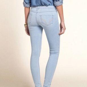 Ett par Hollister light wash jean leggings low-waist i storlek 1Long Elr w25 L31. Säljs då de är för små så kan tyvärr inte visa hur de ser ut på förutom på modellen:( Väldigt sköna!