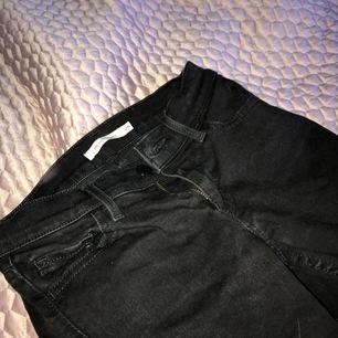 Svarta Levis jeans som är för små för mig! Köpta för runt 1000kr. Jätte bra skick och snygga