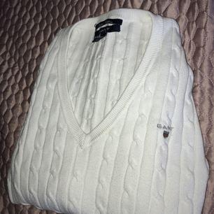 Stickat vit gant tröja! Jäääätte snygg, använd 3 gånger men som ny och tvättad! Köpt för runt 1200kr