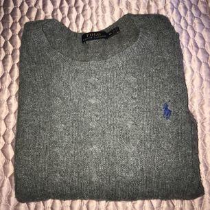 Grå ull stickat tröja ifrån Ralph Lauren! Köpt i Las Vegas, använd 1 gång! Jätte snygg och skön