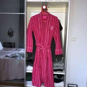 Svin snygg rosa Victorias Secret morgonrock. Använd några gånger men tvättat innan skickas! Inga märken eller fläckar osv.