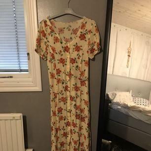 Lång klänning. Om intresserad kan jag skicka mer bilder. Priset går att diskutera. Betalar via swish.