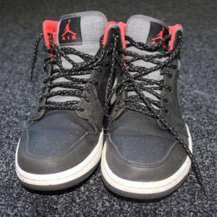 Nike Air Jordan basketskor. Strl 42. Färg: svart, mörkgrå och röd. De användes bara några gånger och är i bra skick. Nypris: 1200:- Mitt pris: 400:-