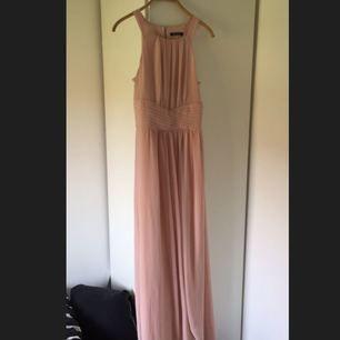 Jättefin lång kortärmad klänning i en nyans av den gammalrosa färgen.  Aldrig använd så i perfekt skick. Passar M  Billigare via swish  Obs! DM:a för fler bilder