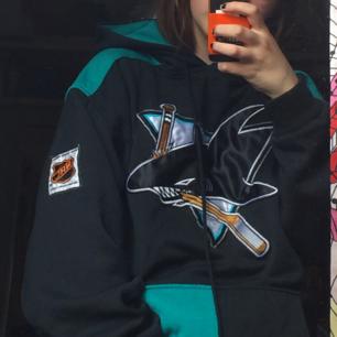Hoodie med hockeytryck köpt i Berlin. Jag är S och hoodien sitter najs på mig om jag viker upp den. Bra skick!