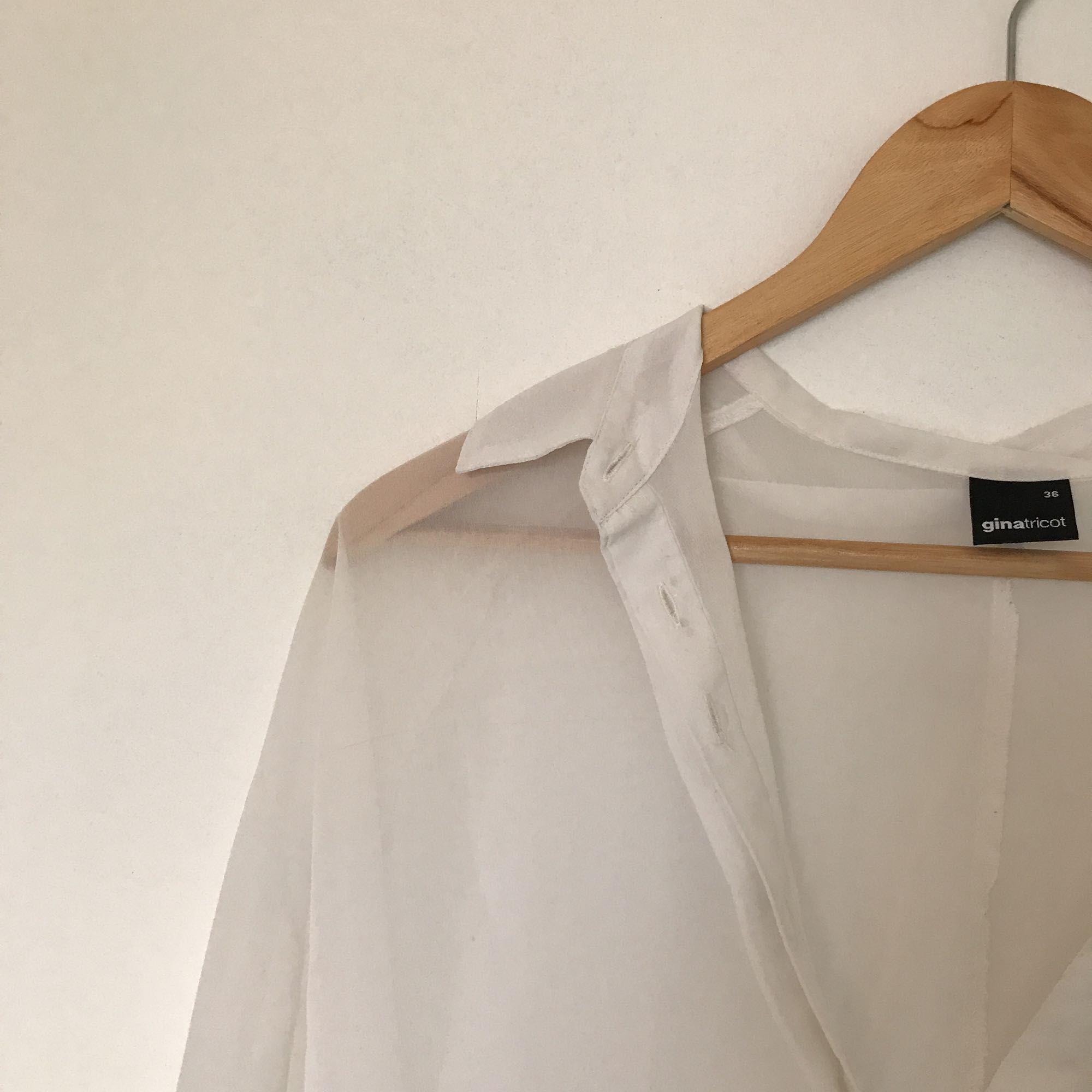 22dbad0154a Hvid gennemsigtig bluse Kortere for / venstre tilbage Du betaler fragt! Vil  sende flere billeder ...