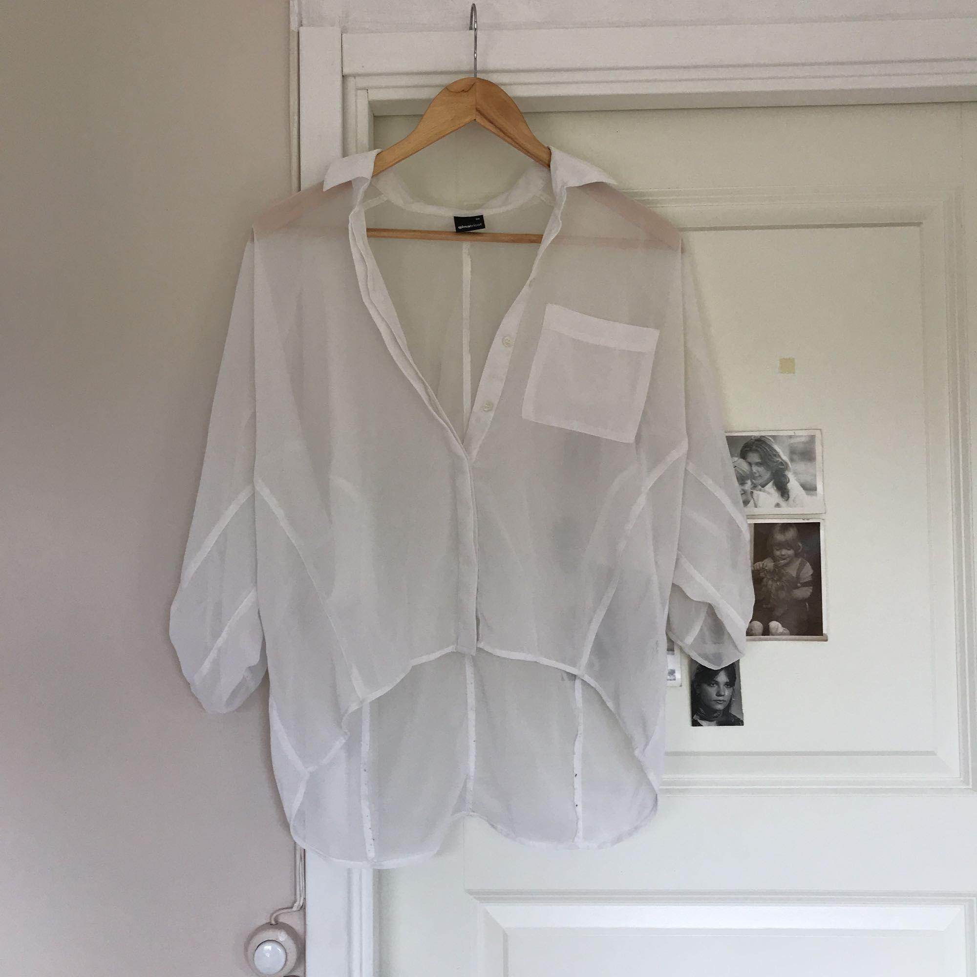 d0149e51e21 Vil sende flere billeder Hvid gennemsigtig bluse Kortere for / venstre  tilbage Du betaler fragt! Vil sende flere billeder