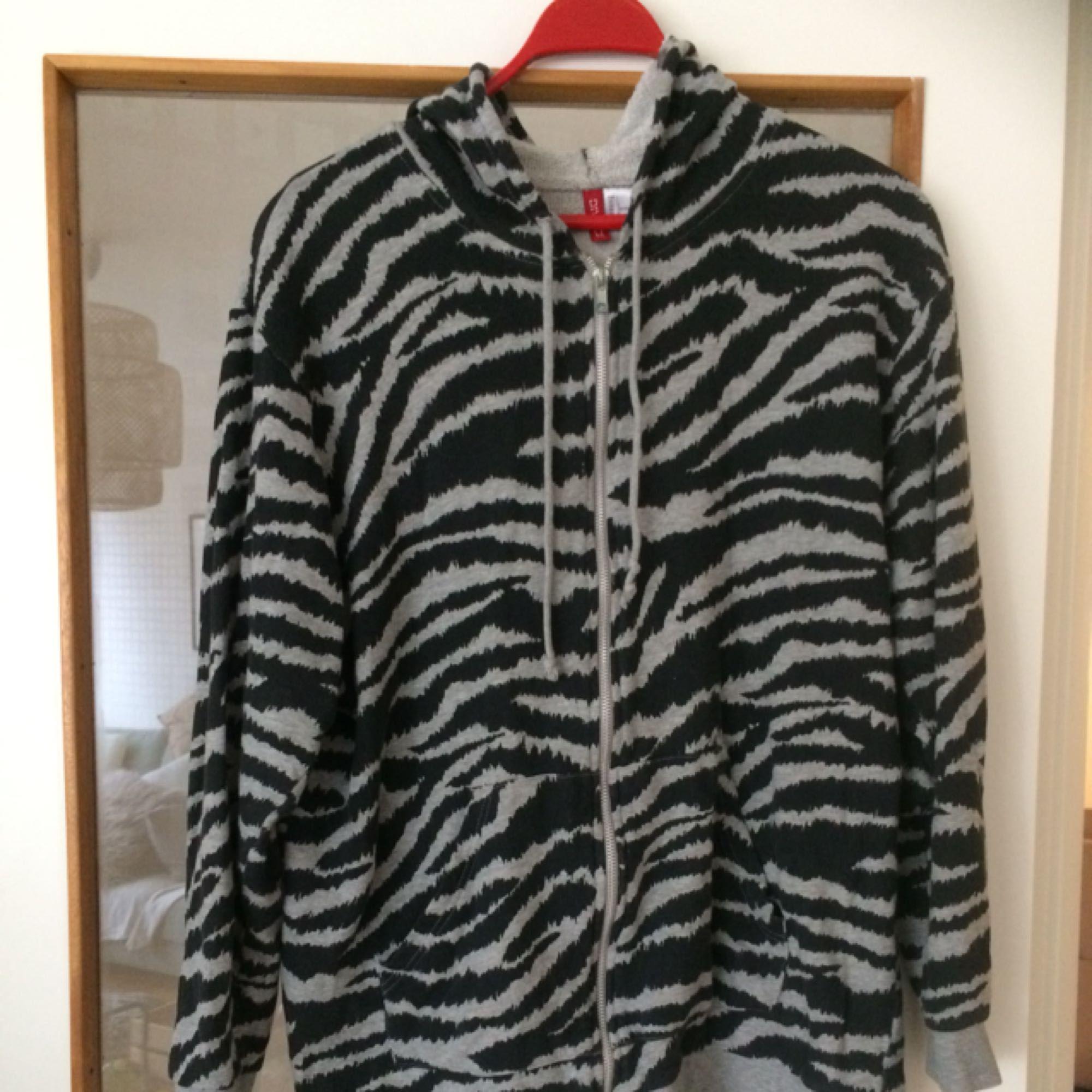 Cool hoodie relaxed fit! 🍒 storlek L men passar M oxå!. Huvtröjor & Träningströjor.