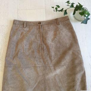 Äkta mocka kjol köpt på beyond retro, stl M. Från kanten ner är det 46cm.    Frakt 35kr eller hämtas i slussen, Stockholm