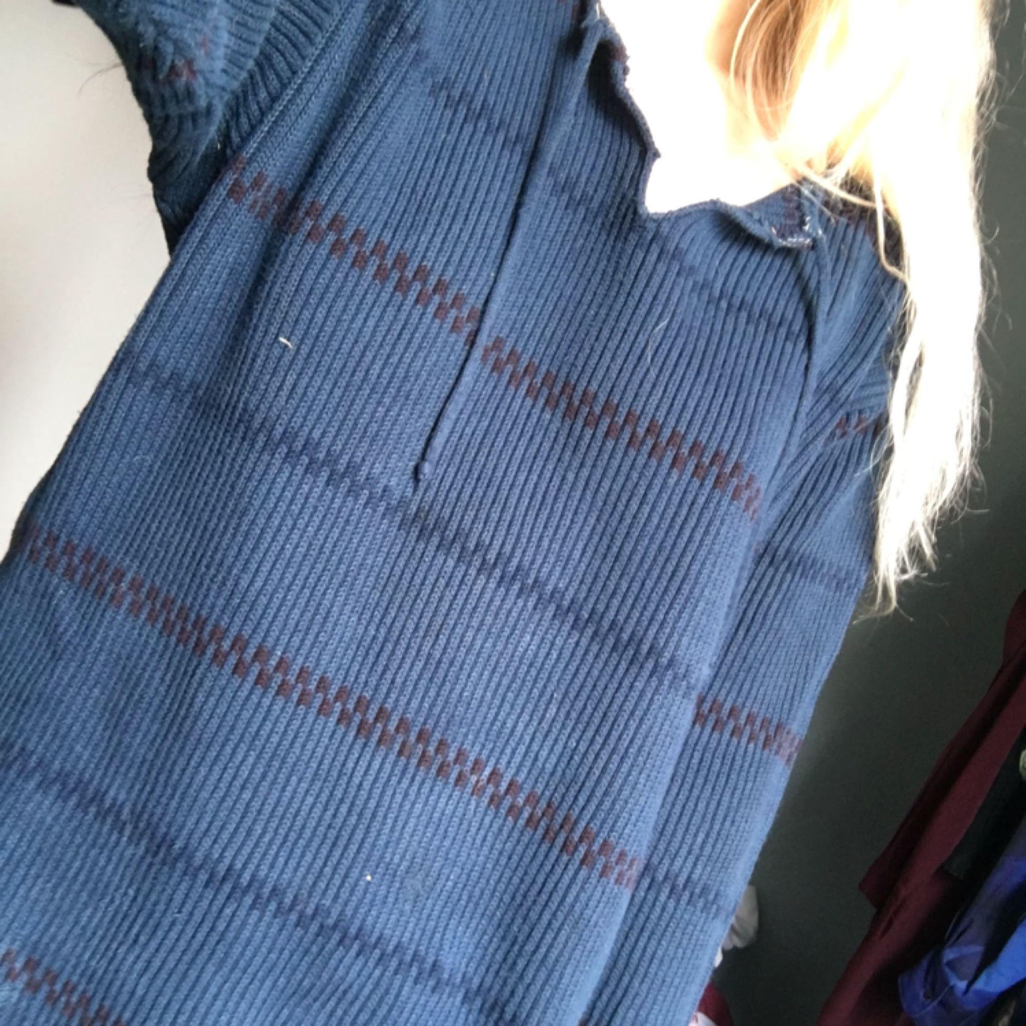 Fin Pippi-tröja i blått. Kommer inte till användning så nu får den förhoppningsvis ett nytt kärleksfullt hem!   Köpare står för ev frakt (ca 30kr). Tröjor & Koftor.