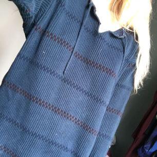 Fin Pippi-tröja i blått. Kommer inte till användning så nu får den förhoppningsvis ett nytt kärleksfullt hem!   Köpare står för ev frakt (ca 30kr)