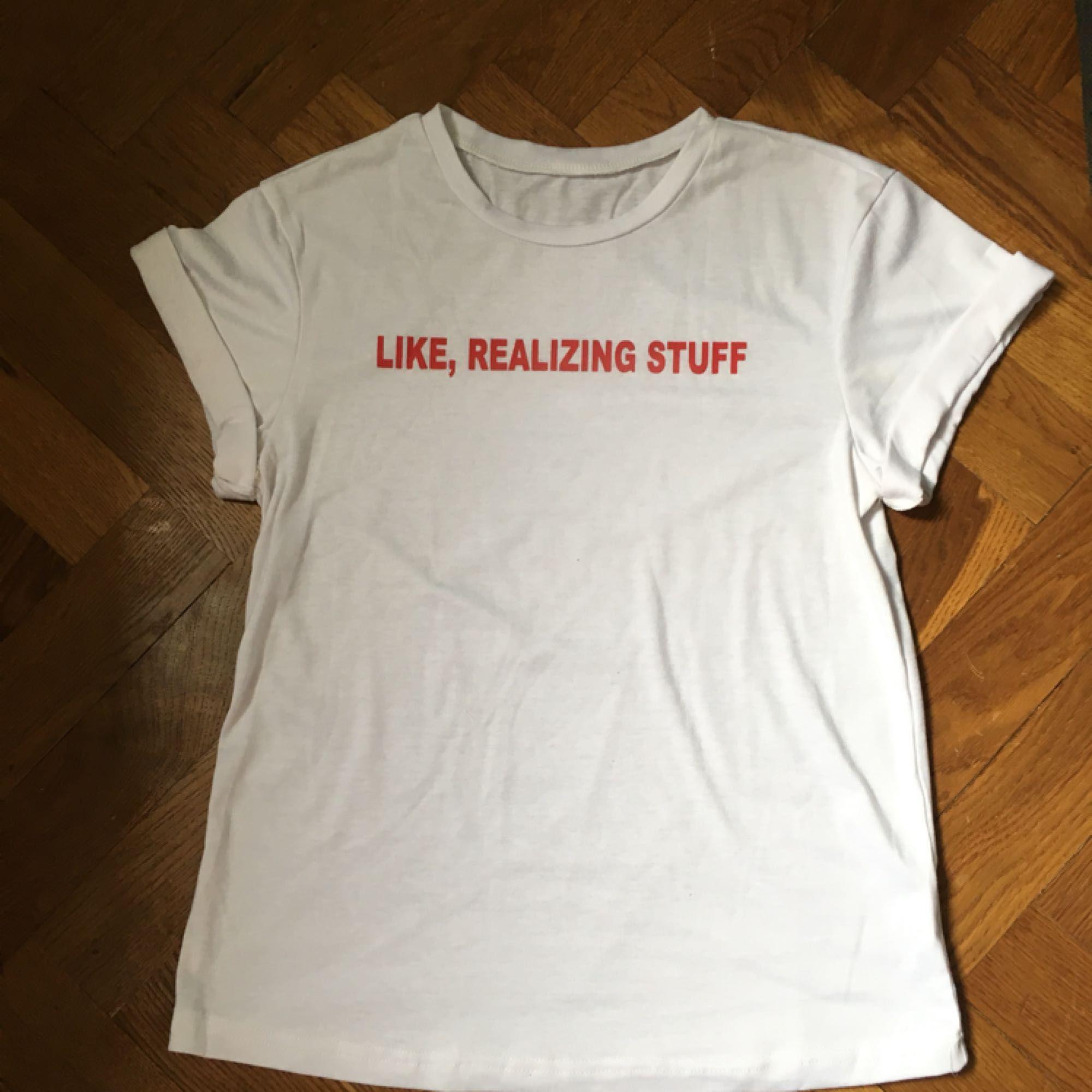 Tshirt med Kylie Jenners världsberömda citat från när hon förutsåg hur år 2017 skulle komma att vara.  OBS!! Kolla gärna in resten av mina varor till salu, kör vårrensning i garderoben och säljer loss massor av kläder för bra priser!. T-shirts.
