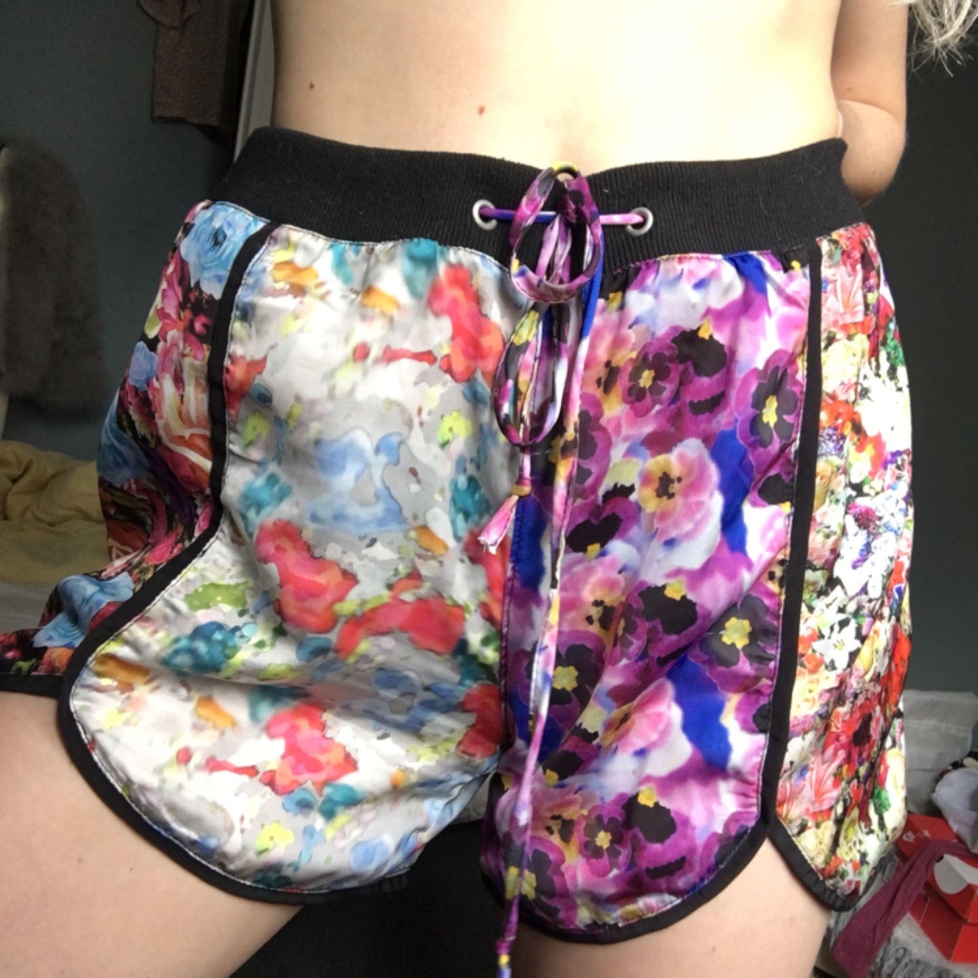 Fina shorts från the ragged priest. Tunt material. Använda vid ett tillfälle.   Köparen står för ev frakt (ca 20kr). Shorts.