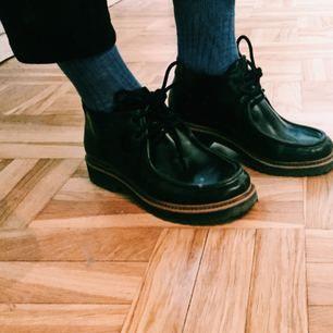 Säljer skor från Monki pga fel storlek. Använda ett fåtal gånger. Perfekta skon till jobbet, uppklädda men med tvist!  Supersnygga till kostymbyxor med en härlig strumpa i.  Hämtas i Stockholm