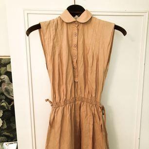 Vintage klänning i aprikos strl 36. Superfint skick! Frakt 39 kr