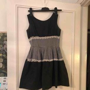 Superfin vintage 50-tals klänning. Den har fläckar under armarna som jag inte provat att ta bort. Därav det låga priset. Passar XS-S Frakt 39 kr
