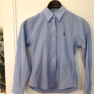 Ljusblå Ralph Lauren-skjorta strl M men kan passa S.