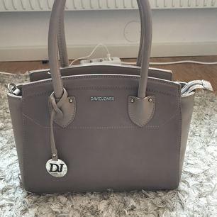 Säljer min david Jones väska som är väldigt sparsamt använd,är som ny använd ca 2 gånger,pris kan diskuteras vid en snabb affär