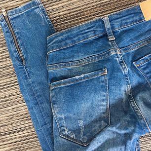 SUPER snygga jeans från Ginatricot, använda högst 2 gånger, passar XS/S, frakt tillkommer på 39 kr om du ej kan mötas upp!