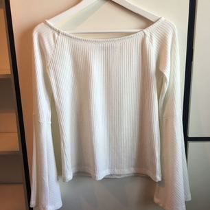 """Oanvänd tröja från Bikbok i storlek L med  """"trumpetärmar"""". 90 kronor inkl frakt!"""