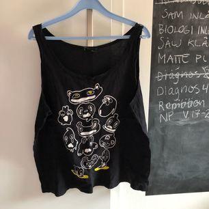 """Svart linne från monki med """"monster"""" mönster på! Köparen står för frakt och pris kan diskuteras! 🌸"""