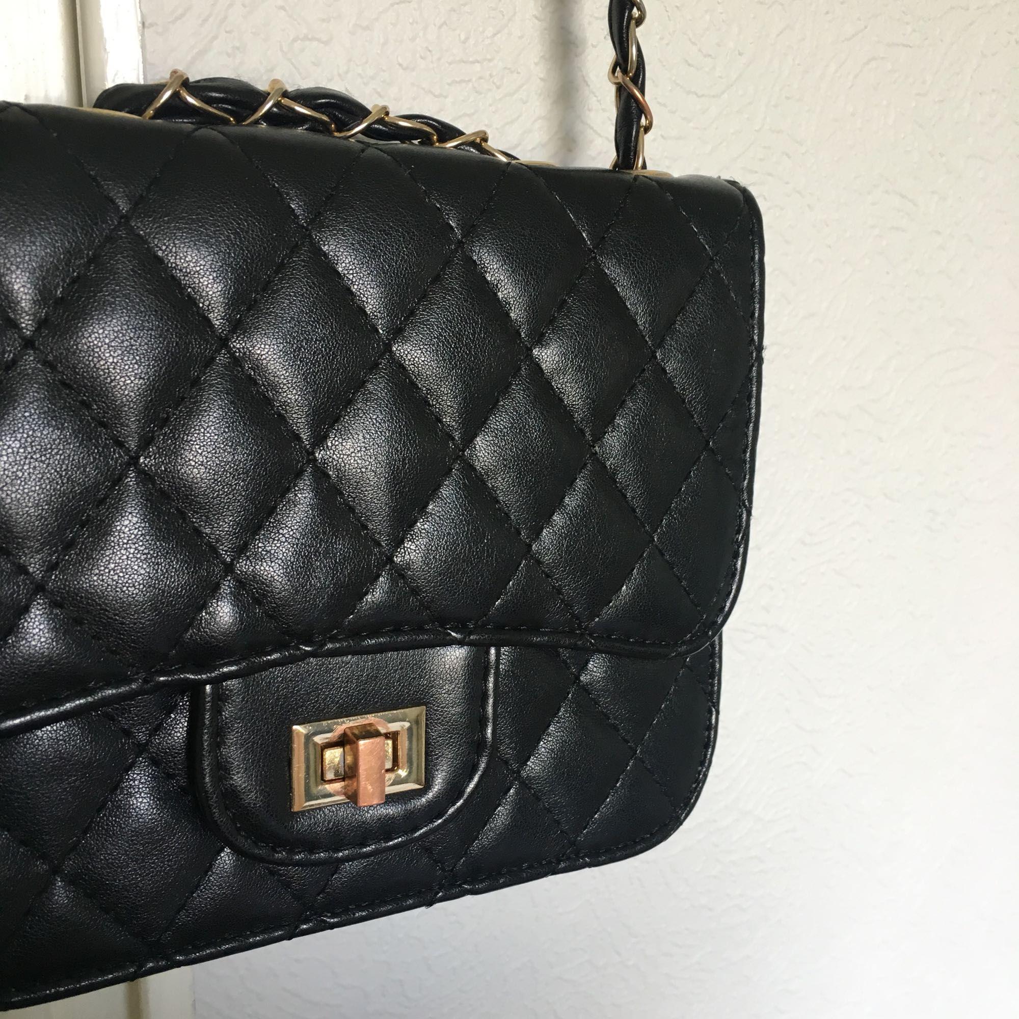 Väska köpt på Ur & Penn. I gott skick förutom att själva spännet börjat rosta (se andra bilden).  Pris kan diskuteras, köparen står för frakten! . Väskor.