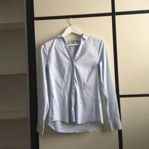 V-ringad blus med knappar från H&M. Använd 1 gång, storlek 40 och har stretchigt material. 100 kronor inkl frakt!