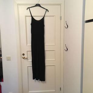 """Långklänning från H&M, Divided storlek M. Använd få gånger. Fint skick, säljes av den anledningen att jag inte trivs med """"spagettiband"""". 100 kronor inkl frakt!"""