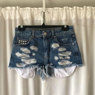 Högmidjade jeansshorts från Bik Bok. För små för mig. Skickar mått vid intresse! Frakt tillkommer, kan mötas upp i Göteborg!