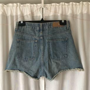 Perfekta högmidjade jeansshorts från Bik Bok! För små för mig. Skickar mått vid intresse! Frakt tillkommer, kan mötas upp i Göteborg!