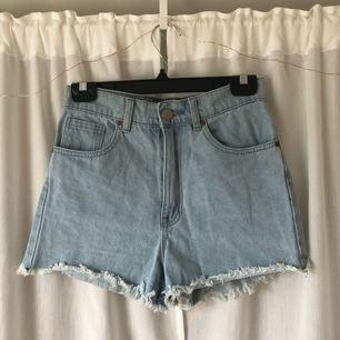 Högmidjade jeansshorts från Bik Bok! För små för mig. Skickar mått vid intresse! Frakt tillkommer, kan mötas upp i Göteborg!
