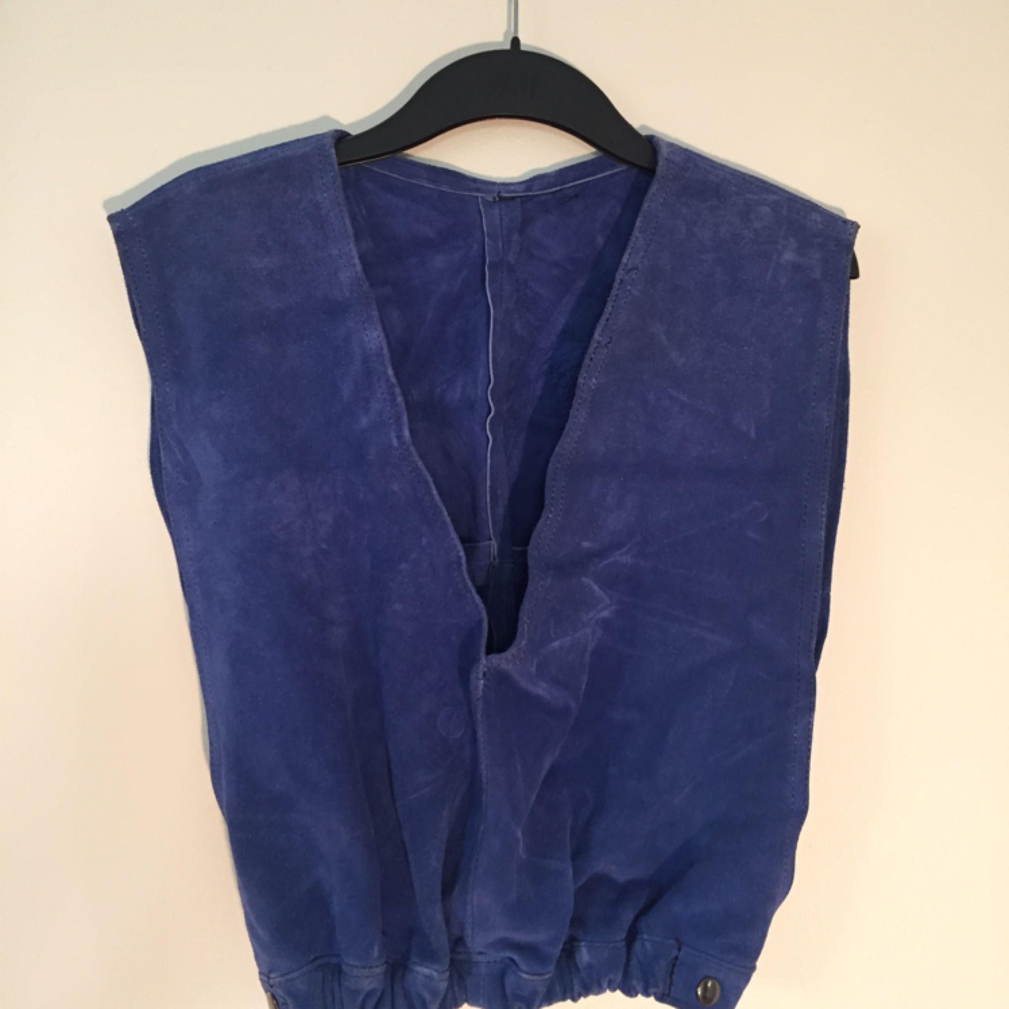 Blå mocka, köpt second hand i Portland (USA). Bra skick! Storlek står ej, men ca 36-38. Märke okänt (inga lappar i). . Toppar.