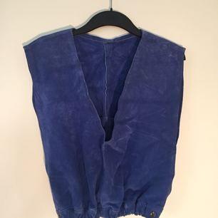 Blå mocka, köpt second hand i Portland (USA). Bra skick! Storlek står ej, men ca 36-38. Märke okänt (inga lappar i).