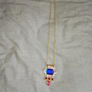 Halsband i lång modell med färgglada stenar