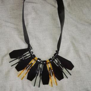 Halsband i lång eller kort modell med stort hänge