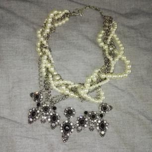 Halsband med pärlor och stenar, tight eller mellanlång modell.