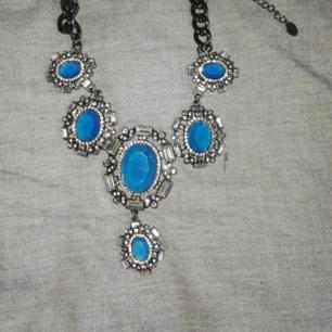Halsband i kort modell med stora blå stenar
